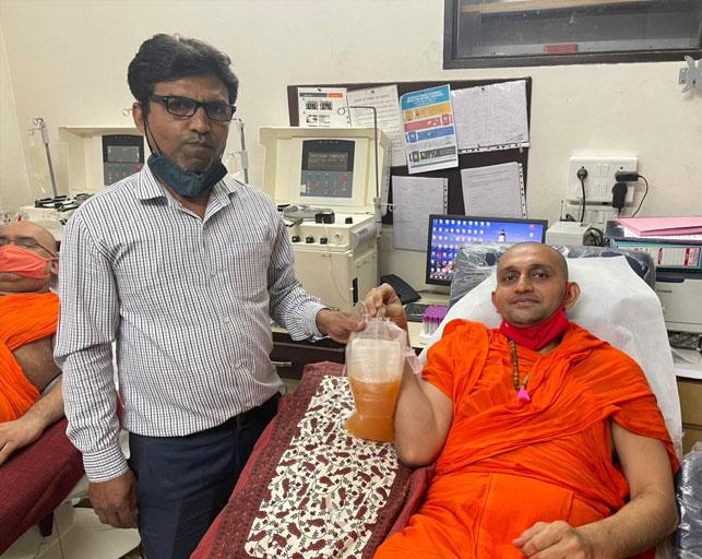 મણિનગર શ્રી સ્વામિનારાયણ ગાદી સંસ્થાનના પૂજનીય સંતોએ વેક્સિન લીધા પહેલાં પ્લાઝમા અને બ્લડ ડોનેટ કર્યું|અમદાવાદ,Ahmedabad - Divya Bhaskar