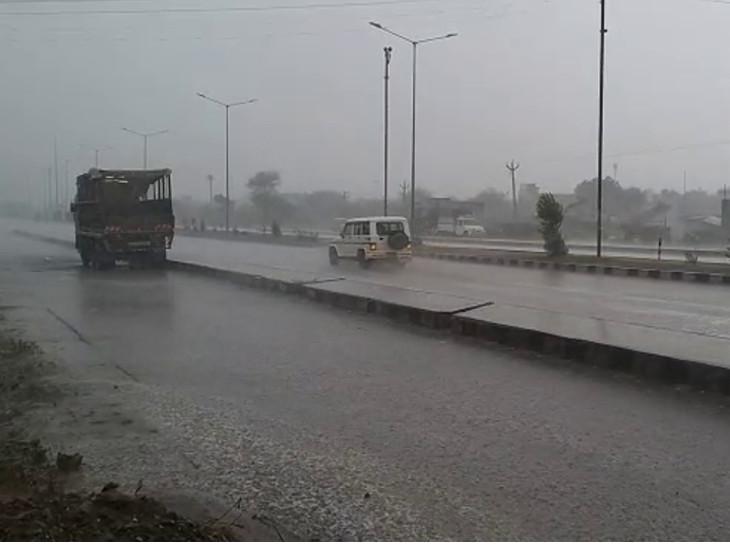 ધોરાજીમાં ભારે પવન અને ગાજવીજ સાથે ધોધમાર વરસાદ, રસ્તાઓ પર પાણી ભરાયા, ઉનાળુ પાકને નુકસાન|રાજકોટ,Rajkot - Divya Bhaskar