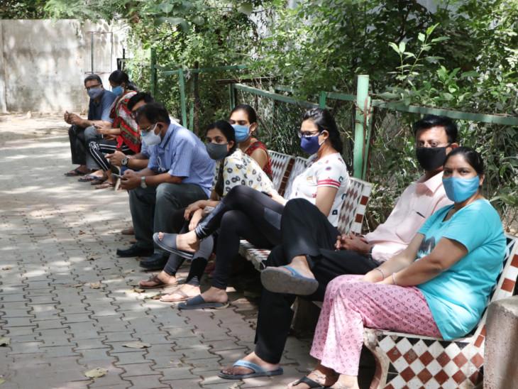 વાડજની હિન્દી શાળા નંબર-1માં રસી સ્ટોક મોડો આવતા લોકોએ રાહ જોવી પડી.