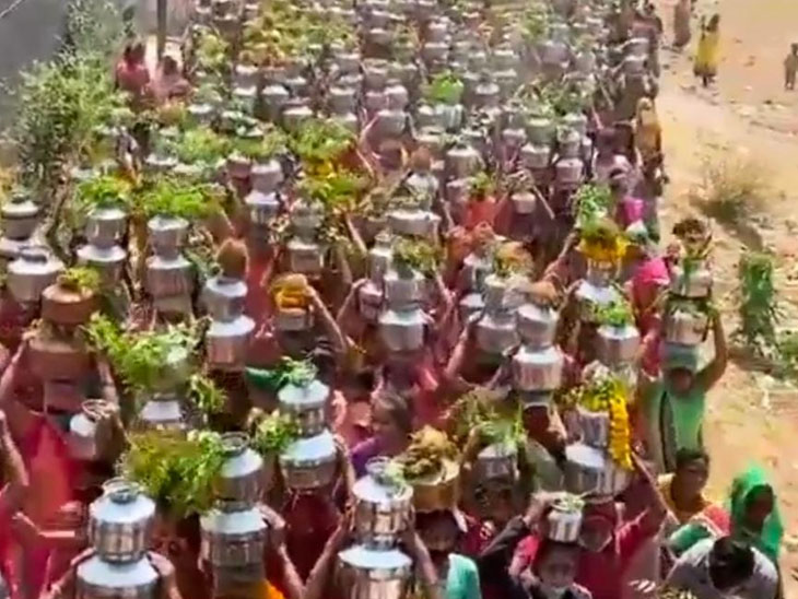 કોરોના દૂર કરવાની બળિયાદેવની બાધા પૂરી કરવા ગામલોકો ટોળે વળ્યા|સાણંદ,Sanand - Divya Bhaskar