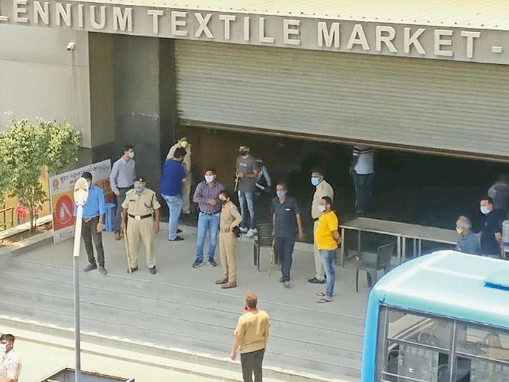 કેટલાક વેપારીઓ ચોરી છુપીથી કાપડના પાર્સલનું કામ કરી રહી હોવાની બાતમી મળતા પોલીસે માર્કેટમાં દરોડો પાડયો હતો. - Divya Bhaskar