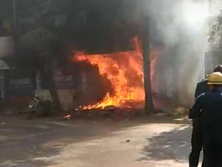 અશ્વની કુમારમાં બંધ ગેરેજમાં શોર્ટસર્કિટનાં કારણે આગ લાગી સુરત,Surat - Divya Bhaskar