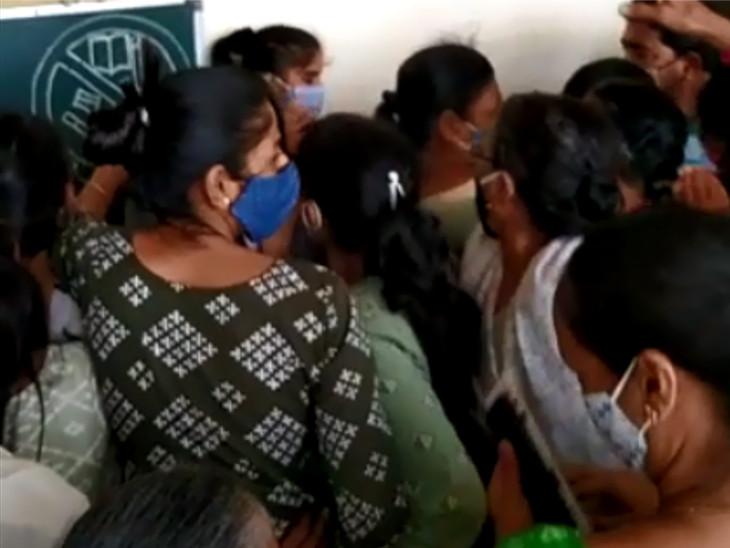 સુરતમાં 45+નું વેક્સિનેશન બંધ, કોરોના રસીકરણના ટોકન માટે લોકોની પડાપડી, ટોકન એકબીજાના હાથમાંથી ઝૂંટવી લીધા|સુરત,Surat - Divya Bhaskar