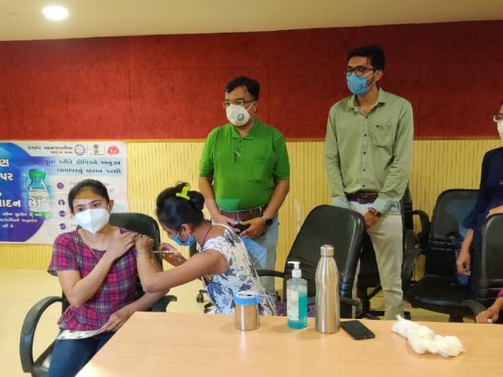 રાજકોટમાં વેક્સિનેશન થશે બંધ? યુવાનોમાં રસી લેવામાં ઉત્સાહ, મનપા પાસે વેક્સિનનો મર્યાદિત જથ્થો હોવાથી ચિંતાનો વિષય!|રાજકોટ,Rajkot - Divya Bhaskar