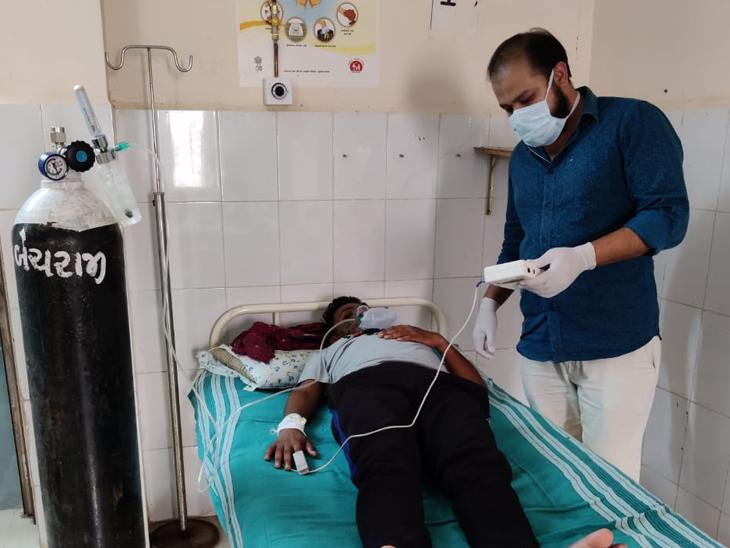 માતા-પિતા કોરોના સંક્રમિત છતાં 5 દિવસથી 24 કલાક કોવિડ ડ્યૂટી કરી રહેલા ડૉ. મિલાવ પટેલ કહે છે- પરિવાર જેટલી જરૂર આ દર્દીઓને પણ છે મહેસાણા,Mehsana - Divya Bhaskar