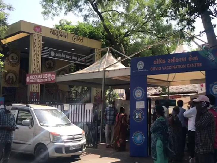 અમદાવાદના ખોખરામાં વેક્સિન માટે ધક્કા ખવડાવતા નાગરિકોનો હોબાળો, ઓળખીતાને ટોકન આપી રસી અપાતી હોવાનો આક્ષેપ|અમદાવાદ,Ahmedabad - Divya Bhaskar