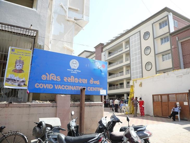 મણિનગર સ્વામિનારાયણ ગાદી સંસ્થાન મંદિરમાં શરૂ કરાયેલા રસીકરણ કેન્દ્રમાં દરરોજ 700થી વધુ લોકોનું વેક્સિનેશન|અમદાવાદ,Ahmedabad - Divya Bhaskar