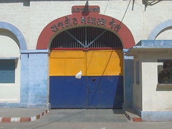 રાજકોટની મધ્યસ્થ જેલમાંથી સીમકાર્ડ મળ્યું, કેદી અને વોચમેન સામે ફરિયાદ, અગાઉ પણ સીમકાર્ડ મળી આવ્યા હતા|રાજકોટ,Rajkot - Divya Bhaskar