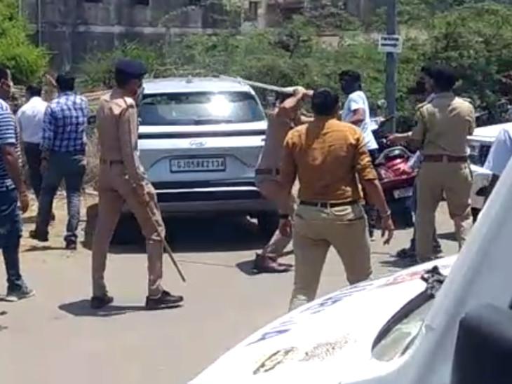 સુરતના વેસુમાં ચોરી છૂપી વેક્સિન અપાતી હોવાની વાતે સ્થાનિકોએ હોબાળો કરતાં પોલીસનો હળવો લાઠિચાર્જ સુરત,Surat - Divya Bhaskar