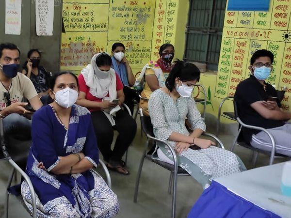 અમદાવાદીમાં વેક્સિનેશનનો ભારે ઉત્સાહ, 33 સેન્ટરોમાં 8 મે સુધીના સ્લોટ ફૂલ, 45+ માટે પણ વેક્સિન ખુટી પડી|અમદાવાદ,Ahmedabad - Divya Bhaskar