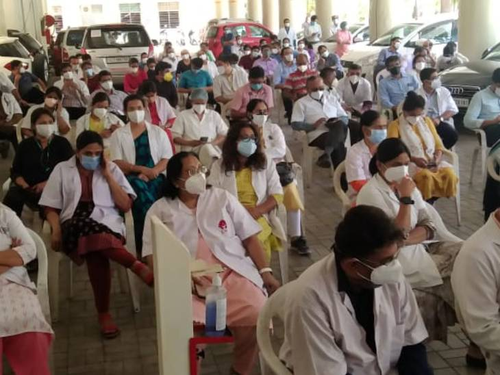 રાજ્ય સરકારે બે જ દિવસમાં માંગણીઓનો ઉકેલ લાવવાની ખાતરી આપતાં સિનિયર ડૉક્ટરોની હડતાળ સમેટાઈ|અમદાવાદ,Ahmedabad - Divya Bhaskar