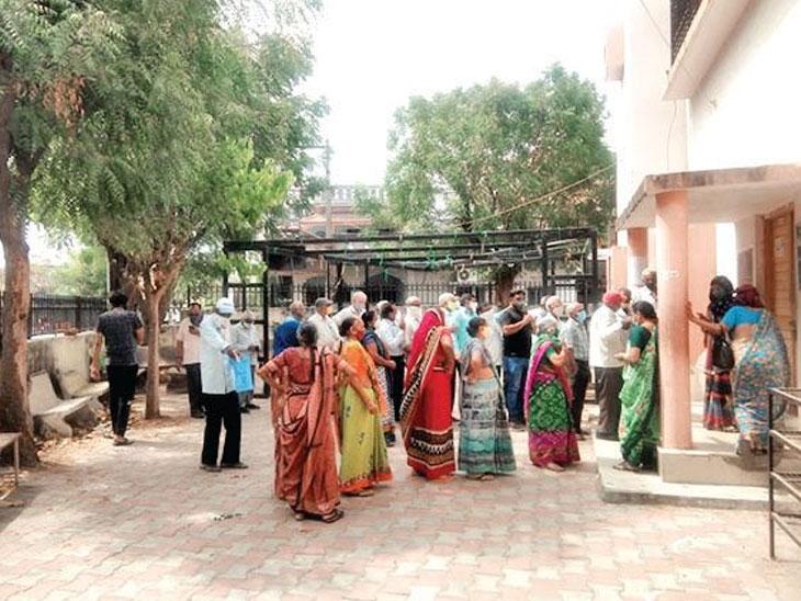 વેક્સિન લેવા આવતા લોકોએ કહ્યું, જો ટોકન લઈને જ વેક્સિન મળશે તો પછી ઓનલાઈન રજિસ્ટ્રેશનનો શું મતલબ?|અમદાવાદ,Ahmedabad - Divya Bhaskar