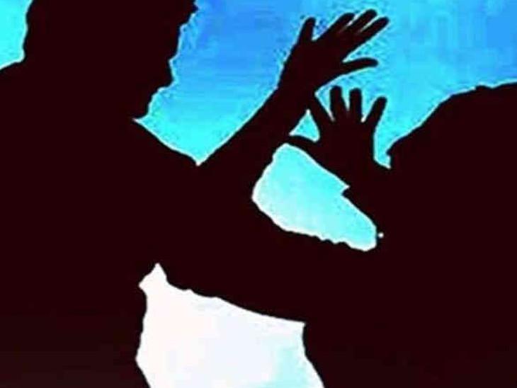 વડોદરાના નવનગરી ગામમાં ઘરમાં ઘૂસેલા ગામના 3 યુવકોએ ભાભી અને નણંદની છેડતી કરી, બે ભાઇઓને માર માર્યો|વડોદરા,Vadodara - Divya Bhaskar