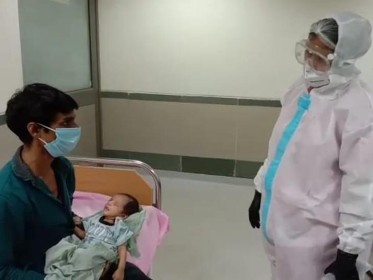 સારવાર હેઠળ રહેલા બાળકોના ખબર પૂછી રહેલા ડોક્ટર ચારુલ મહેતા