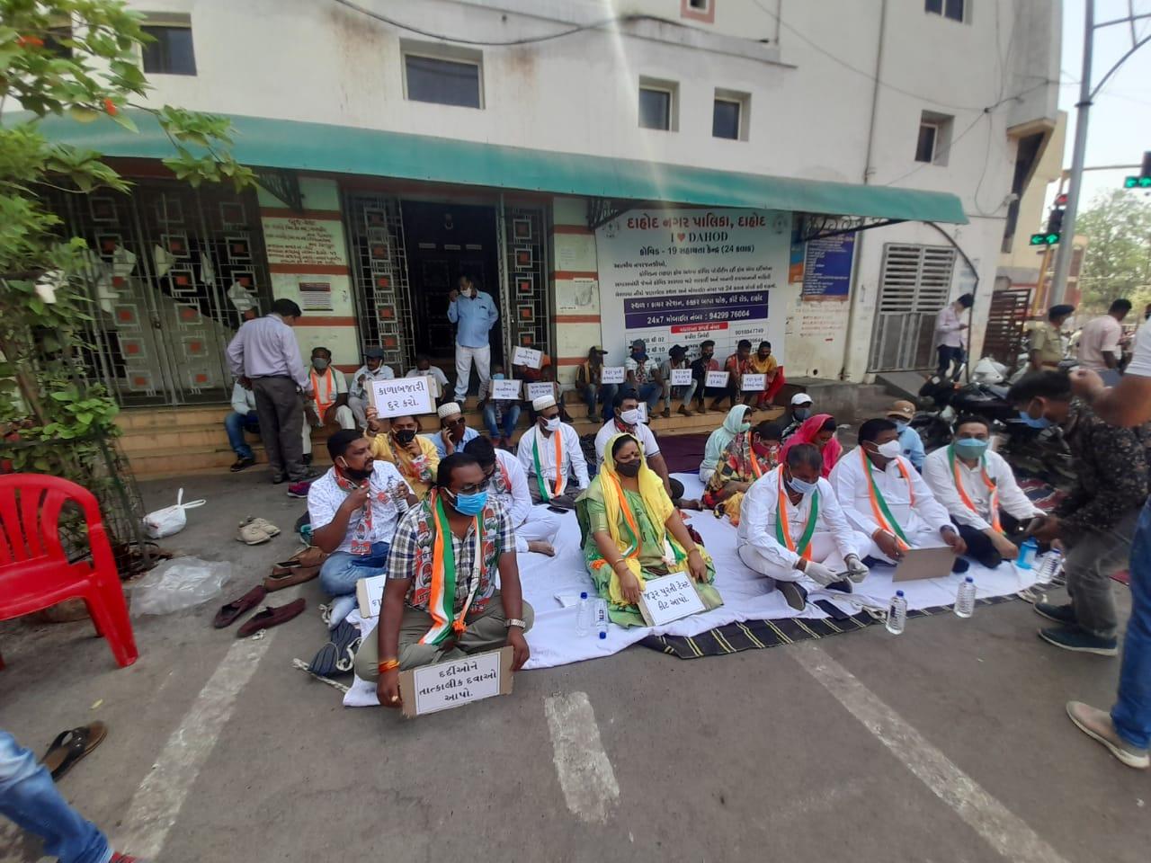 દાહોદ જિલ્લા કોંગ્રેસ સમિતિ દ્વારા કોરોનાને લક્ષી સુવિધાઓ માટે ધરણા યોજવામાં આવ્યા|દાહોદ,Dahod - Divya Bhaskar