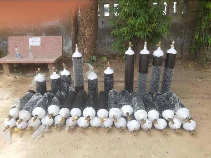 પોલીસે ઝડપેલા 39 ઓક્સિજન સિલિન્ડર - Divya Bhaskar