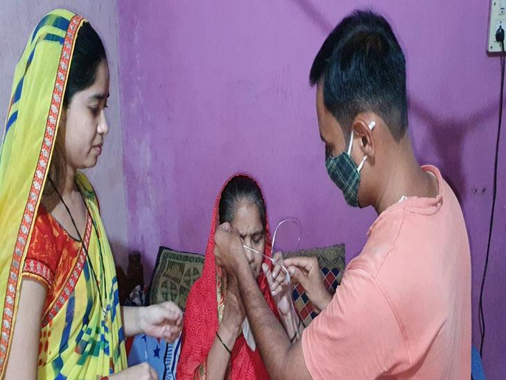 નવાપુરમાં માતાની સેવા કરતો દીકરો - Divya Bhaskar