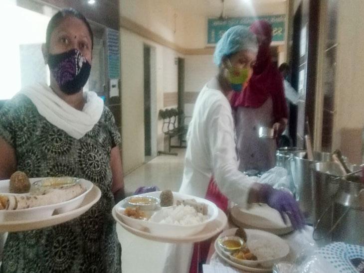 કીમમાં અન્નક્ષેત્ર ચલાવતી મહિલા - Divya Bhaskar