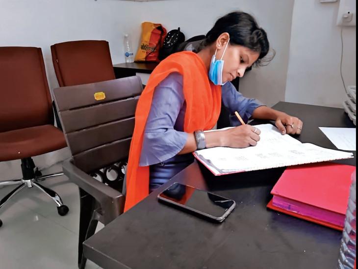 30 વર્ષીય યુવતી કવિતા છેલ્લા 6 મહિનાથી રાત-દિવસ મૃતદેહોને મેનેજ કરે છે - Divya Bhaskar