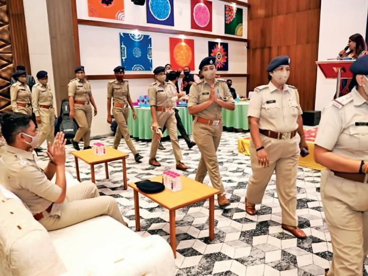 વડોદરામાં મહિલા પોલીસની એવી ટીમ જે મોટી બહેન બની મદદ કરે છે, દીકરી બનીને સેવા કરે છે વડોદરા,Vadodara - Divya Bhaskar