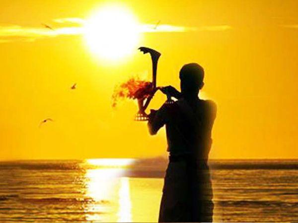 ઉગતા સૂર્યને જળ ચઢાવવાથી ઉંમર વધે છે અને બીમારીઓ દૂર થાય છે|ધર્મ,Dharm - Divya Bhaskar