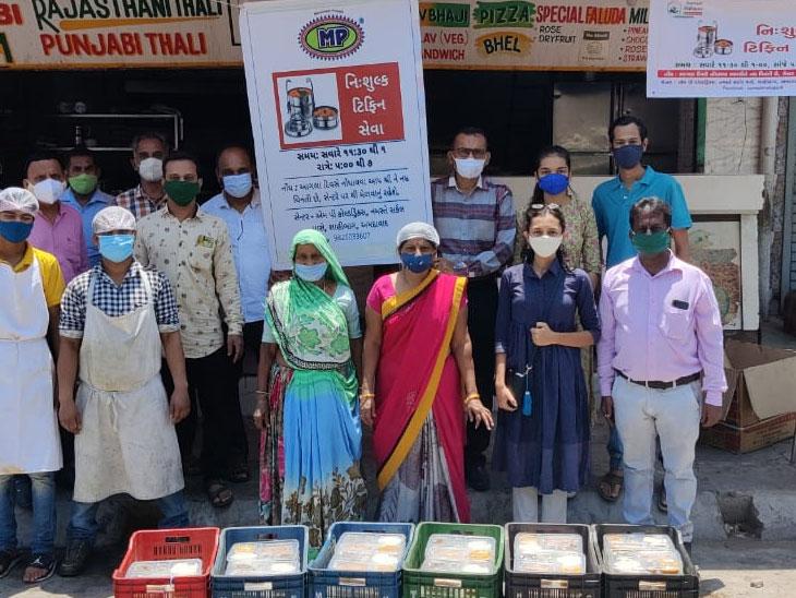 ગરીબોની મદદે આવ્યાં અમદાવાદી યંગસ્ટરો, કોઈ વકીલ તો કોઈ ફેશન ડિઝાઈનર, સવાર-સાંજ 1000થી વધુ ફૂડ પેકેટ લોકો સુધી પહોંચાડે છે અમદાવાદ,Ahmedabad - Divya Bhaskar