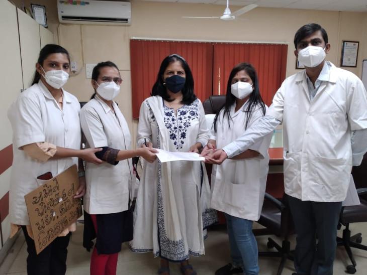 સુરત સિવિલમાં કાયમી નિમણૂંક આપવાની માગ સાથે લેબ ટેક્નિશિયનોએ આવેદનપત્ર આપી હડતાળની ચીમકી ઉચ્ચારી|સુરત,Surat - Divya Bhaskar