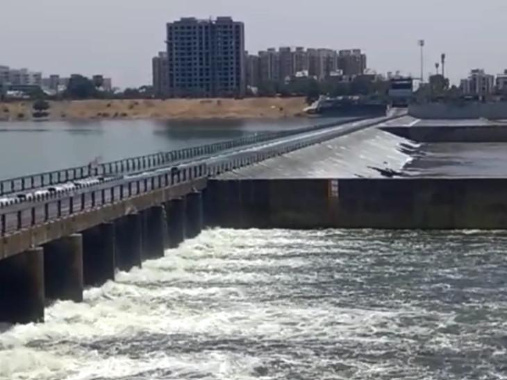 તાપી નદીમાંથી 'ગંદકી' દૂર કરવા ઉકાઈ ડેમમાંથી પાણી છોડાયું, સુરતનો કોઝવે ઓવરફ્લો થતા વાહન વ્યવહાર માટે બંધ કરાયો|સુરત,Surat - Divya Bhaskar