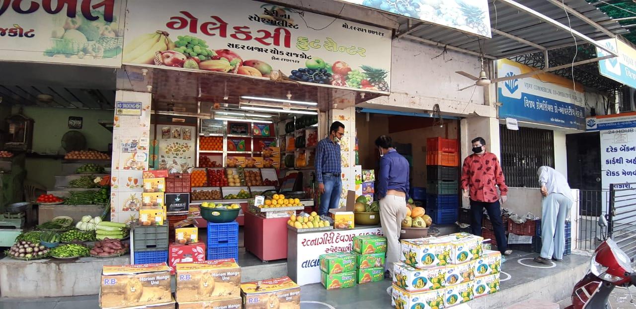 રાજકોટમાં કેલ્શિયમ કાર્બાઈડથી ફળ પકવતા 10 વેપારીઓ પર મનપાની લાલ આંખ, નોટિસ ફટકારી કેરી સહિત 180 કિ.ગ્રા.ચીકુનો નાશ કરાયો|રાજકોટ,Rajkot - Divya Bhaskar