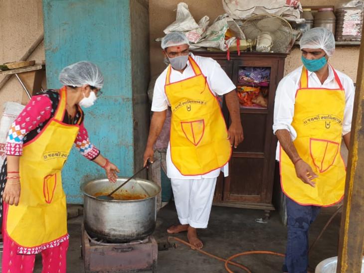 સત્સંગી માતાઓ ભક્તો દ્વારા શુદ્ધ અને સાત્વિક અને દર્દીઓ માટે પૌષ્ટિક ભોજન બનાવવામાં આવે છે