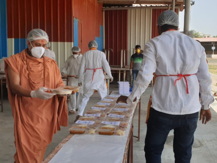 શ્રી સ્વામિનારાયણ મંદિર લોયાધામના સ્વંયસેવકો દ્વારા હોમ ક્વોન્ટીન થયેલા કોરોના 300 દર્દીઓને નિઃશુલ્ક ટિફિટ પહોંચાડે છે.