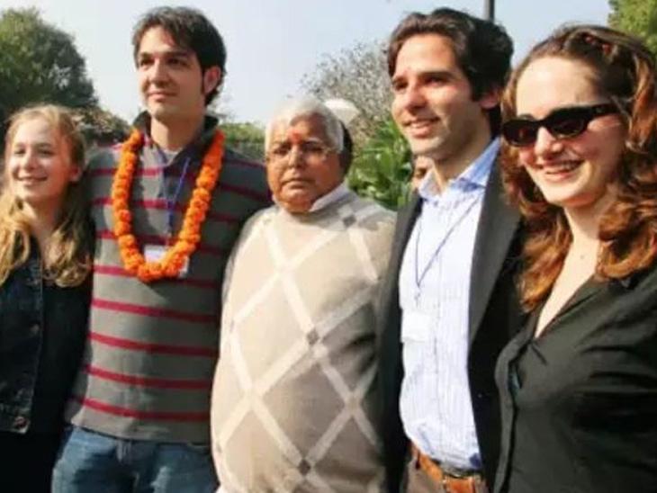 લાલુ યાદવ દિલ્હીમાં હાર્વર્ડ યુનિવર્સિટીના વિદ્યાર્થીઓ સાથે. તેઓ પણ હાર્વર્ડ યુનિવર્સિટીમાં પ્રવચનો આપવા ગયા હતા.