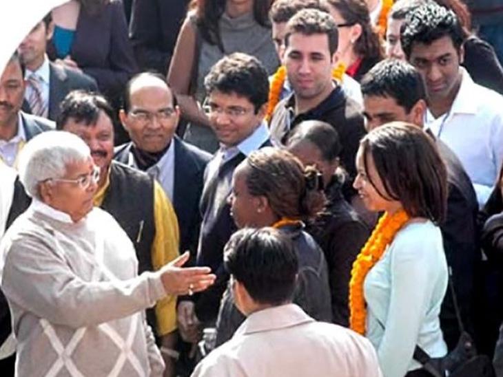 આ ફોટો 2006નો છે, જ્યારે લાલુ યાદવ દિલ્હીમાં હાર્વડ બિઝનેસ સ્કૂલ અને વ્હાર્ટન બિઝનેસ સ્કૂલનાં વિદ્યાર્થીઓ સાથે મળ્યા હતા. ફોટો સોનદીપ શંકર