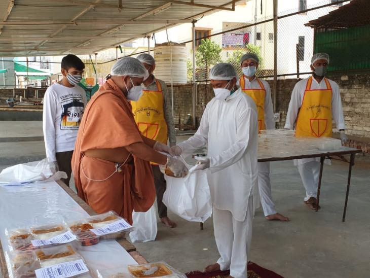 વડોદરામાં માંજલપુર, હરણી રોડ, મકરપુરા અને તરસાલી જેવા વિસ્તારમાં કોરોનાના દર્દીઓને ટિફિટ પહોંચાડવામાં આવે છે - Divya Bhaskar