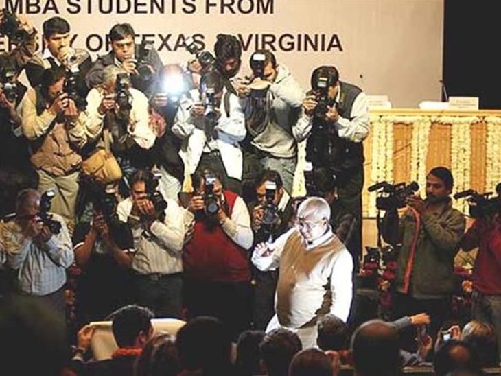 લાલુ યાદવ દિલ્હીની યુનિવર્સિટી ઓફ ટેક્સાસ અને વર્જિનિયાના વિદ્યાર્થીઓ સાથે ચર્ચા કરી રહ્યા છે. ફોટો- મનીષ સ્વરૂપ