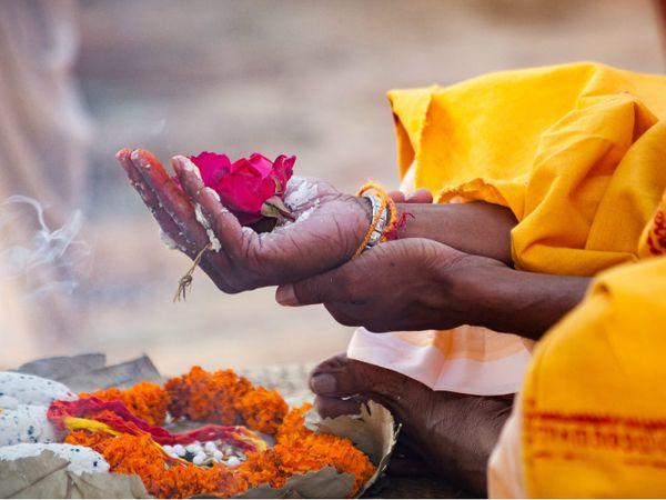 11મીએ ચોખાના લોટનું દાન કરવાની અને શ્રાદ્ધ કરવાની પરંપરા છે, આવું કરવાથી પિતૃઓ સંતુષ્ટ થાય છે|ધર્મ,Dharm - Divya Bhaskar