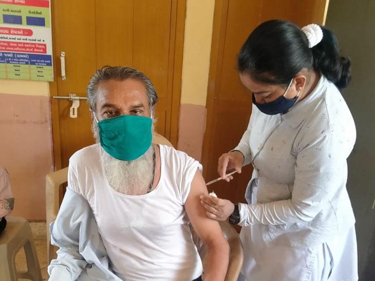 માતા કોરોનામાં સપડાયા છતાં દાંતીવાડામાં નર્સે લોકોને સમજ આપવા ઘરે-ઘરે ફરીને 95 ટકા વેક્સિનેશનની કામગીરી કરી દાંતીવાડા,Dantivada - Divya Bhaskar