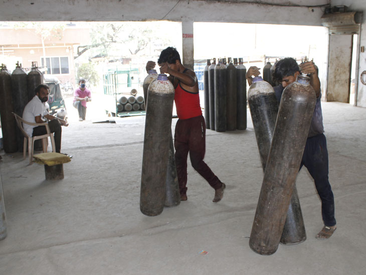 રોજ 4,900 ક્યુબીક મીટર ઓક્સિજન ઉત્પાદન અને 7,700 સિલિન્ડરનું ફીલિંગ થઇ રહ્યું છે - Divya Bhaskar