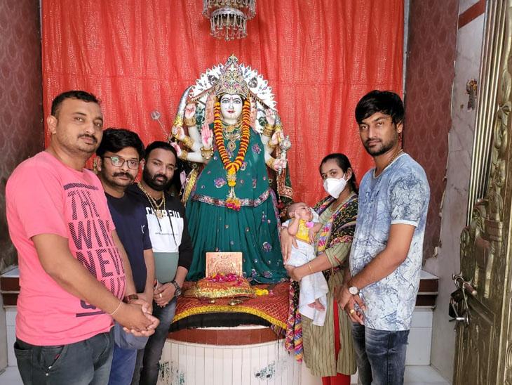 પરિવાર સાથે ધૈર્યરાજ - Divya Bhaskar
