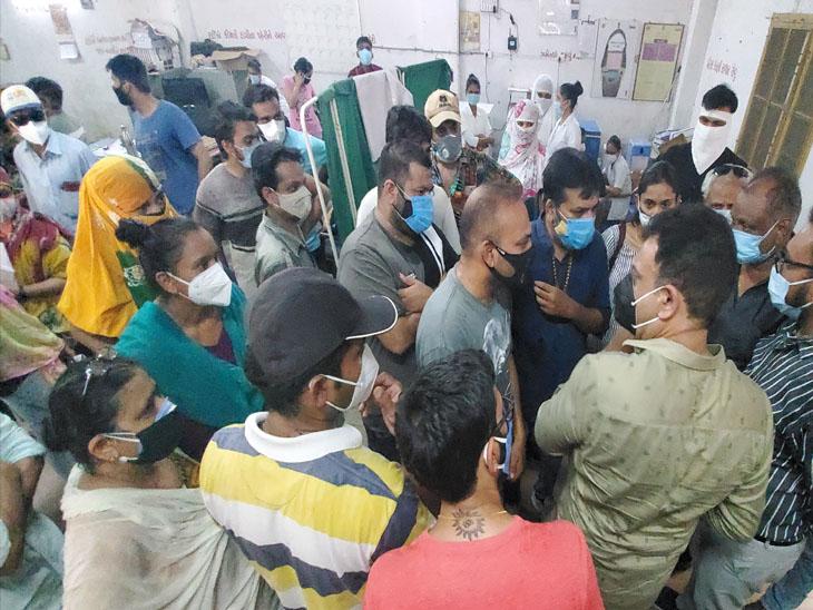 નડિયાદ અર્બન સેન્ટરમાં રસી મામલે હોબાળો - Divya Bhaskar