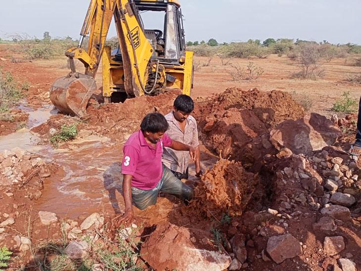 મૂળીનાં ગ્રામ્યવિસ્તારમાં ગેરકાયદે પાણી ચોરી કરતા ખેડૂતોનાં કનેક્શનો દુર કરાયા હતા.તસવીર : જયદેવ ગોસ્વામી - Divya Bhaskar