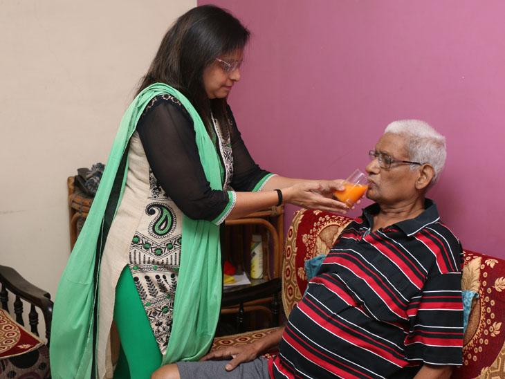 સુરતમાં કોરોનાથી માતાનું મોત થતા કોરોનાગ્રસ્ત પિતાને જીવાડવા દીકરી જુઠ્ઠુ બોલી, હવે પતિ સાથે પોતાનું ઘર છોડી પિતાની સેવા કરે છે|સુરત,Surat - Divya Bhaskar