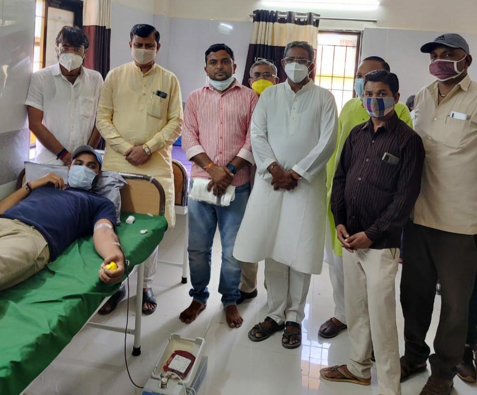 આદરીયાણામાં રક્તદાન કેમ્પનું આયોજન કરી 50 બોટલ રક્ત એકત્ર કરાયું - Divya Bhaskar