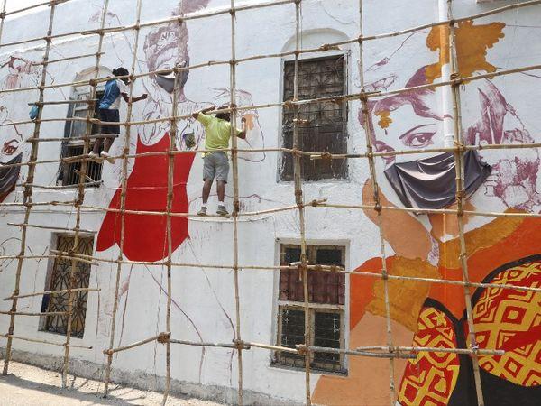 મુંબઈમાં લોકોને માસ્ક પહેરવા માટે જાગૃત કરવામાં આવી રહ્યા છે. માટે દિવાલો પર પેઇન્ટિંગ્સ બનાવવામાં આવી રહ્યું છે.