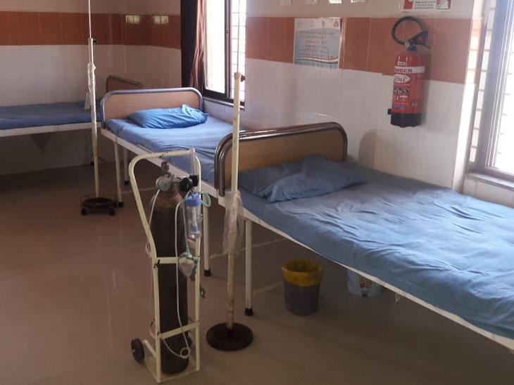 પીએચસીમાં એક જ સિલીન્ડર હોવાથી દર્દીઓને મુશ્કેલી વેઠવી પડી રહી છે. - Divya Bhaskar