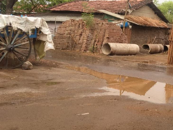 અચાનક વાતાવરણમાં પલટો આવતા નિઝર અને કુકરમુંડામાં ઝરમર વરસાદ પડતા લોકોએ ગરમી અને બફારામાંથી રાહત અનુભવી હતી. - Divya Bhaskar