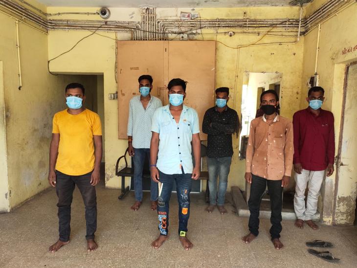 મુલધરી ગામે ડીજેના તાલે નાચતા વરરાજાના પિતા સહિત છ લોકોની અટકાયત કરી - Divya Bhaskar