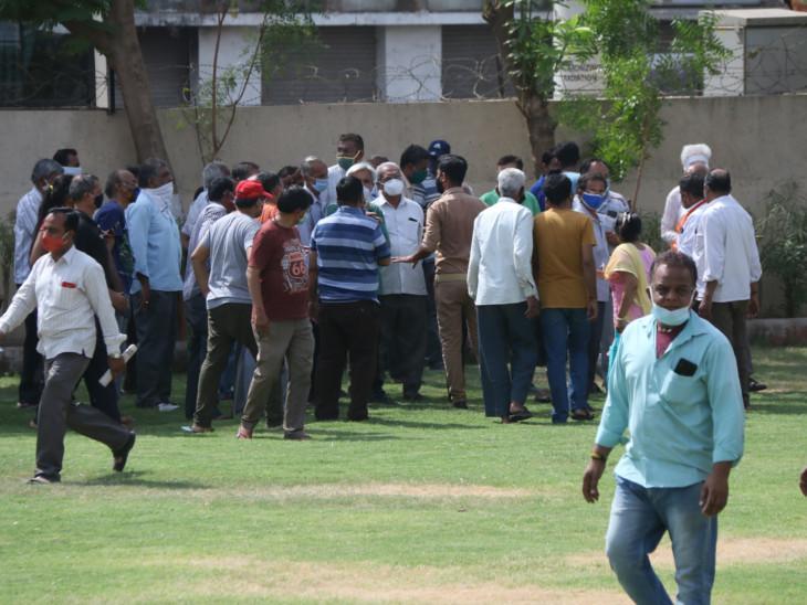 કોવિન પોર્ટલ પર માત્ર બે મિનિટમાં 8 હજારનું રજિસ્ટ્રેશન થઈ જાય છે, રસી ખૂટી પડતાં લોકો રોજ હોબાળો મચાવે છે|અમદાવાદ,Ahmedabad - Divya Bhaskar