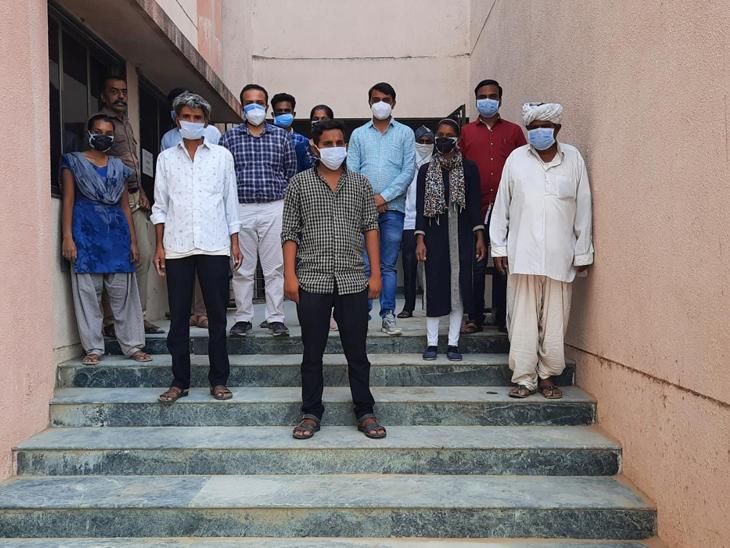 દાંતીવાડા કોવિડ સેન્ટરમાંથી પ્રથમ ત્રણ દર્દીઓ સારવાર લઈ સ્વસ્થ થતા તેમને રજા અપાઈ હતી.તેમણે તબીબોનો આભાર માન્યો હતો. - Divya Bhaskar