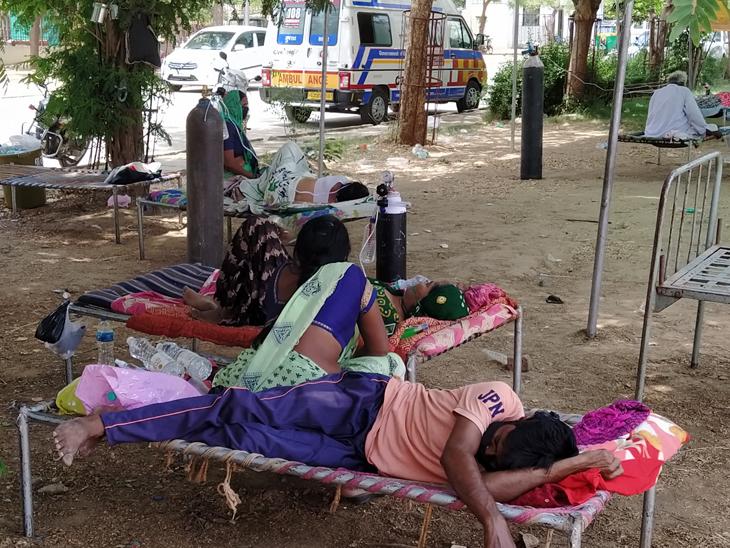 સિવિલ બહાર દર્દીઓને દાખલ થવાની રાહમાં. - Divya Bhaskar